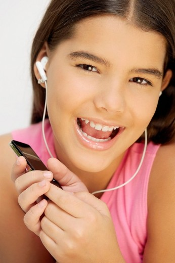 Close_up of a girl listening to an MP3 player : Stock Photo