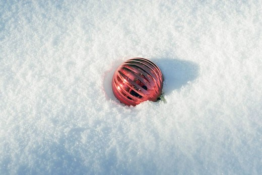 Stock Photo: 1669R-10246 bauble lying in snow