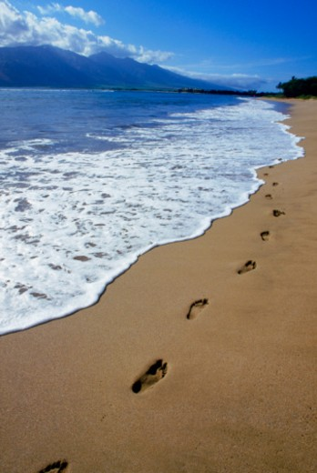 USA, Hawaii, Island of Maui, Kihei Beach, footprints in the sand, dusk : Stock Photo