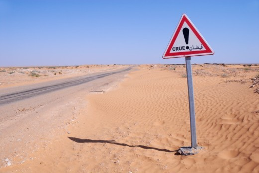 Stock Photo: 1672R-24550 Tunisia, Ksar Ghilane, Sahara Desert, flood warning sign on desert road
