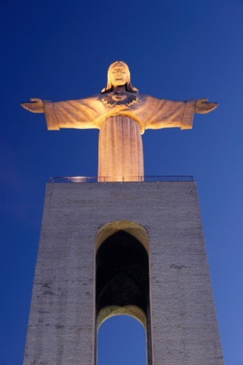 Stock Photo: 1672R-25040 Portugal, Lisbon, Cacilhas, statue of Cristo Rei, low angle view