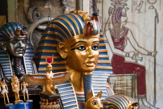 Replica Tutankhamun mask and other souvenirs for sale in Ciro : Stock Photo