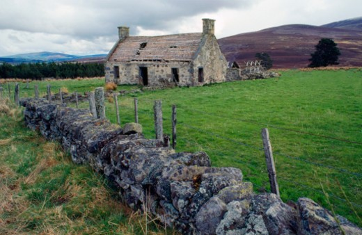 Abandoned stone farmhouse, Scottish highlands : Stock Photo