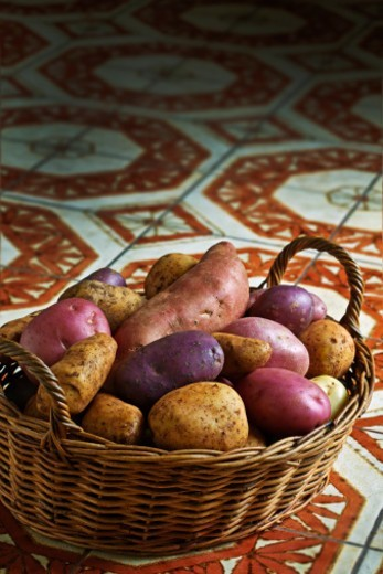 Various types of potato in a wicker basket : Stock Photo