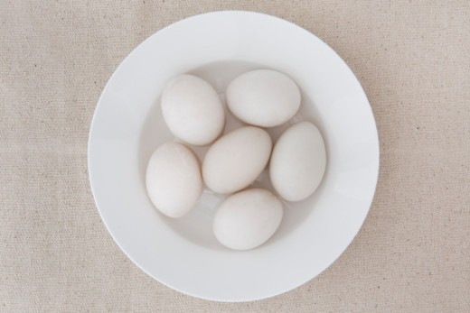 Stock Photo: 1672R-75242 Six duck eggs in a white bowl