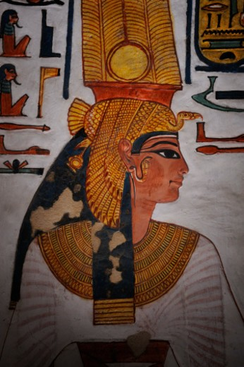 Nefertari wearing two long feathers over a vulture headdress of gold. : Stock Photo