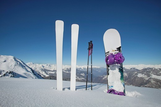 Skis and snowboard stuck in the snow : Stock Photo