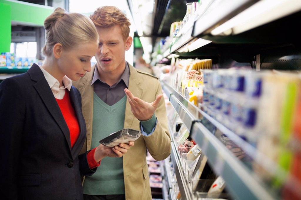 Couple shopping in a supermarket : Stock Photo