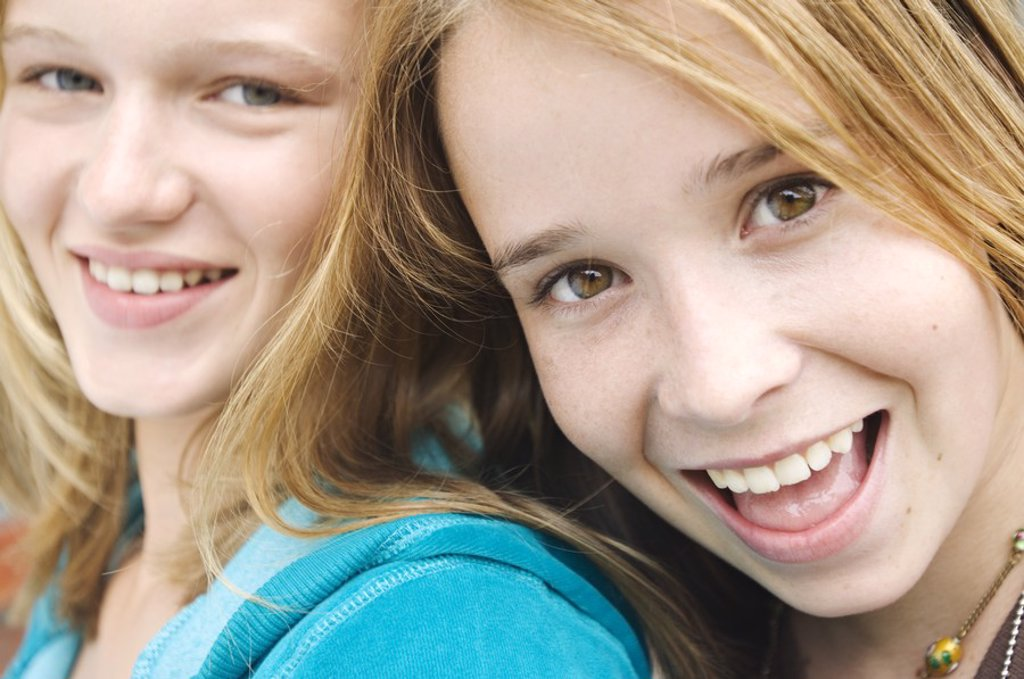 Portrait of 2 smiling teenage girls : Stock Photo