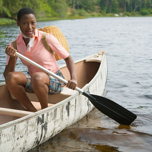 Portrait of a mid adult woman canoeing : Stock Photo