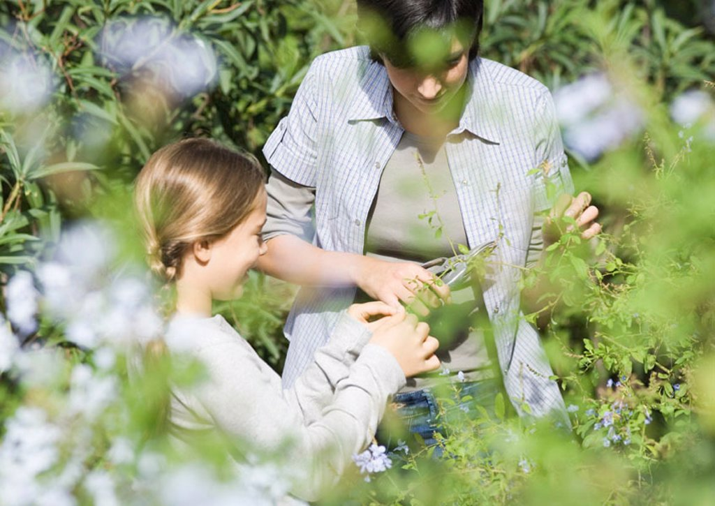 Mother and daughter doing yardwork : Stock Photo