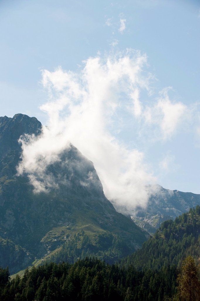 Stock Photo: 1747R-18686 Wispy cloud over mountain landscape