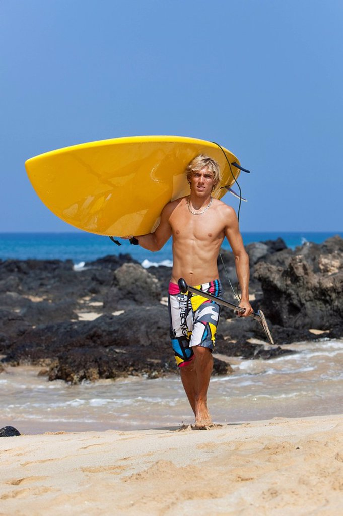 Hawaii, Maui, Makena, Stand up paddle surfer with board on beach : Stock Photo