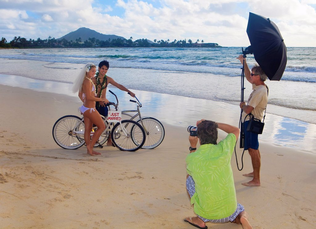 Hawaii, Oahu, Photographer shooting a portrait session on the beach : Stock Photo