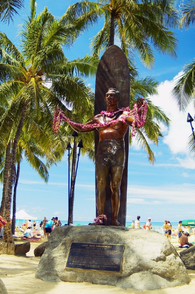 Hawaii, Oahu, Waikiki, Duke Kahanamoku statue in front of Kuhio Beach Park. : Stock Photo