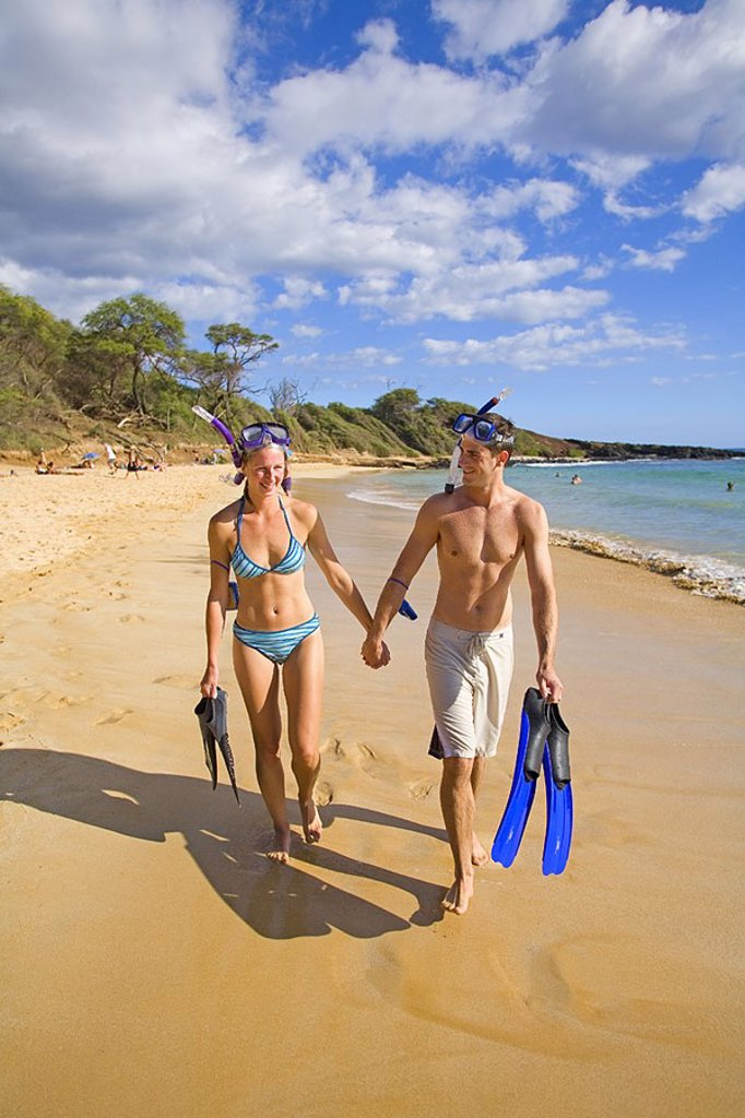 Hawaii, Maui, Makena, Couple walking on ´Little Beach´ after snorkeling : Stock Photo