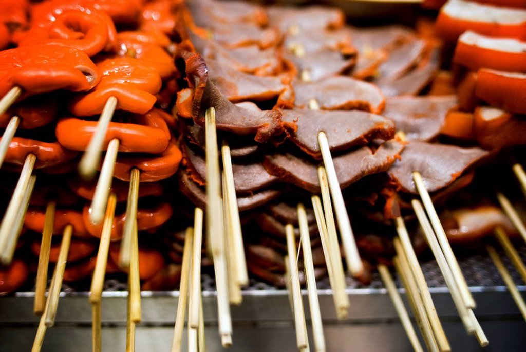 Hong Kong, Causeway Bay, Barbecued pork and chicken being grill at a street food vendor´s stall. : Stock Photo