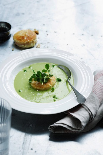 Bowl of pea soup with crackers : Stock Photo