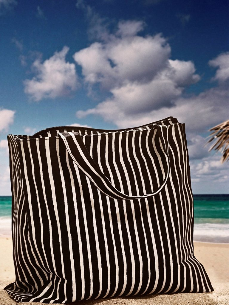 Stock Photo: 1773-56978 Tote bag on beach