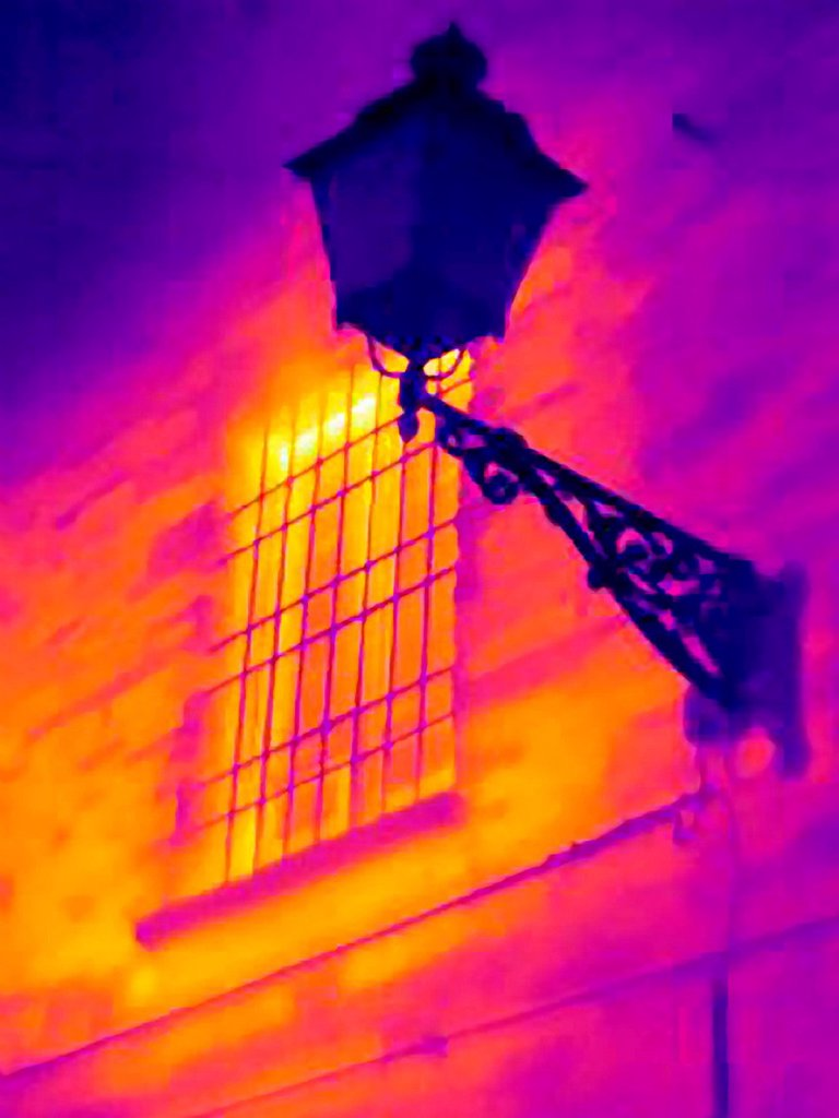 Stock Photo: 1773-99930 Thermal image of street lamp