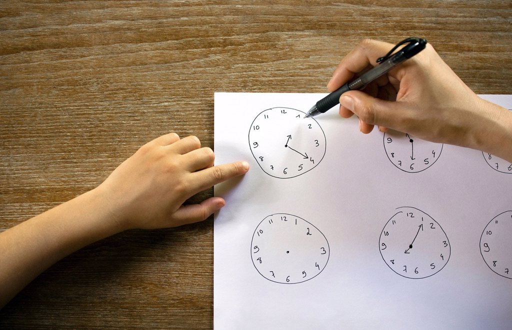 Young girl learning to read the time : Stock Photo