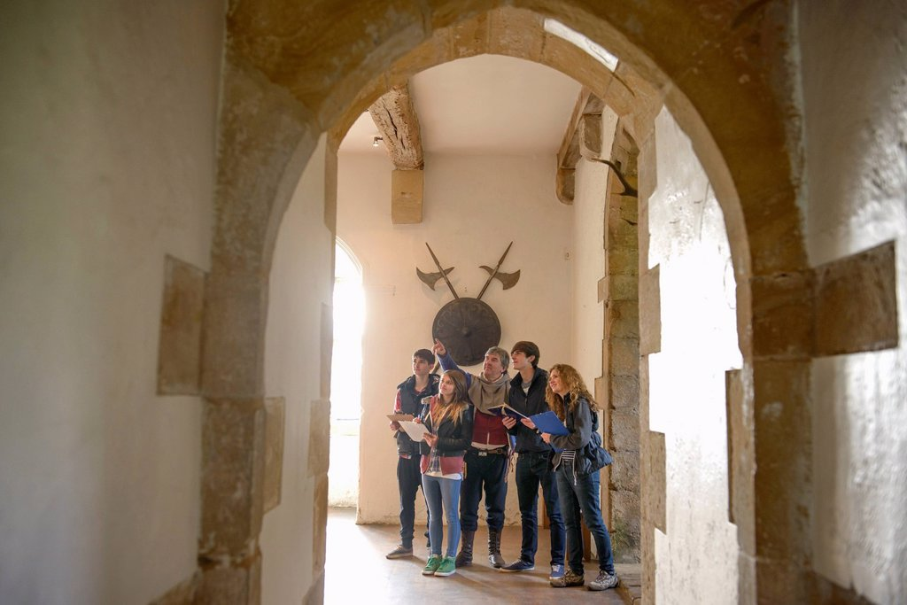 Stock Photo: 1773R-171831 Students examining medieval castle