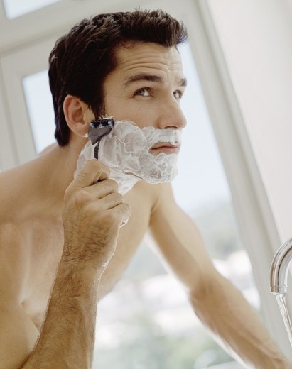 Man shaving : Stock Photo