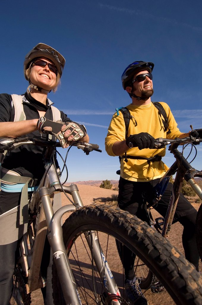 Stock Photo: 1778R-1388 Mountain biking.