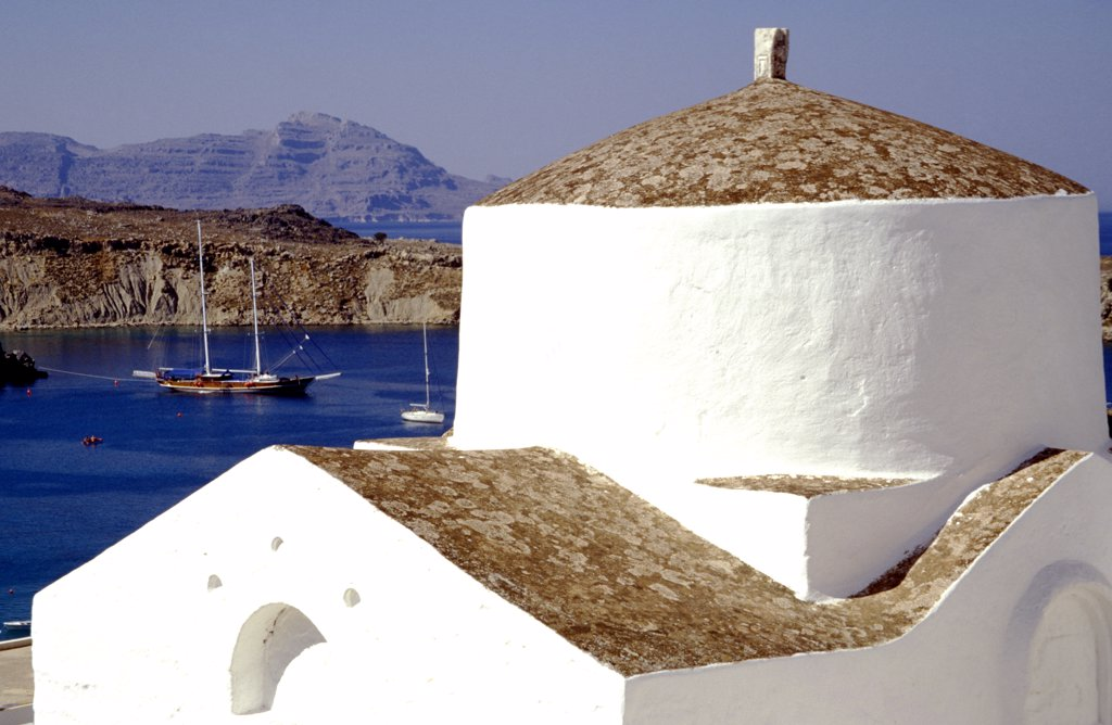 Small whitewashed chapel by coast in Lindos, Rhodes, Greece  : Stock Photo