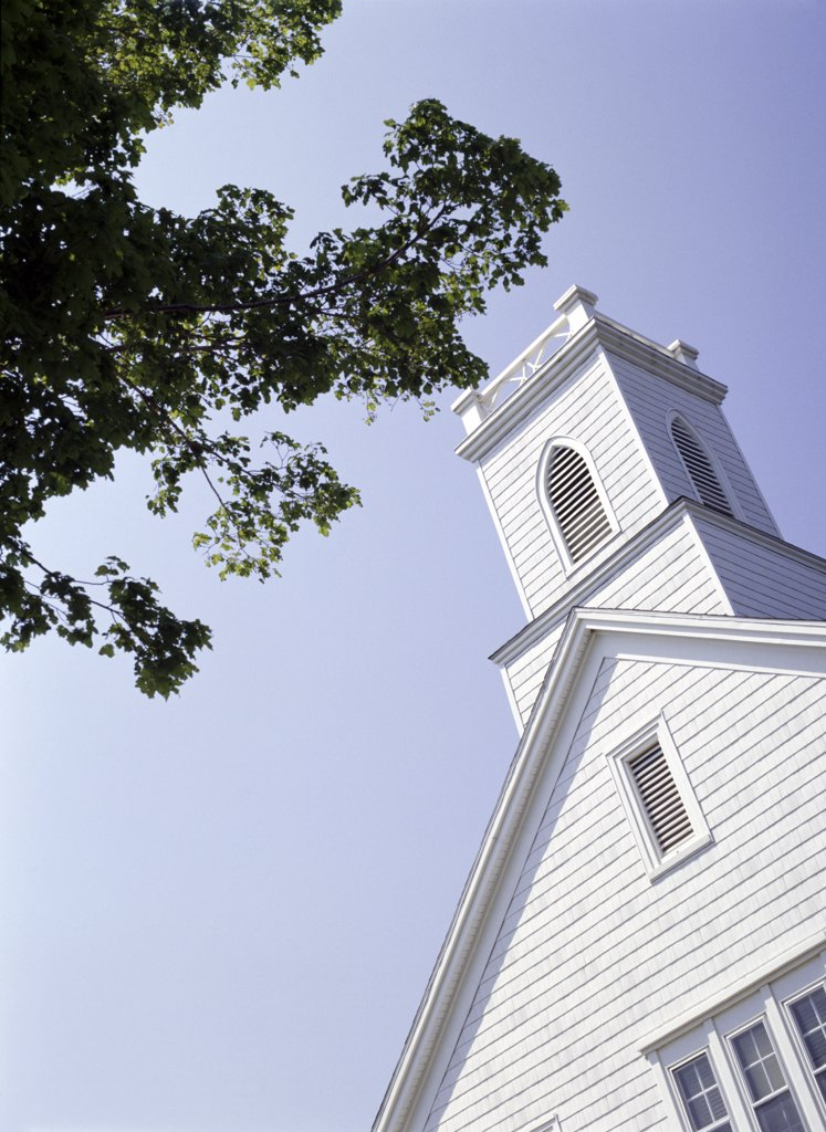 White wooden church and table, Shelter Island, Long Island, New York, United States : Stock Photo