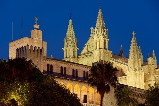 The Palau de l´Almudaina with the cathedral behind at duskPalma, Majorca, Spain. The Palau de l´Almudaina with the cathedral behind at dusk : Stock Photo