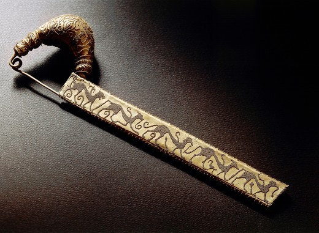 Leech-shaped gold fibula, from Tomb of Littore, Vetulonia, Tuscany Region, Italy : Stock Photo