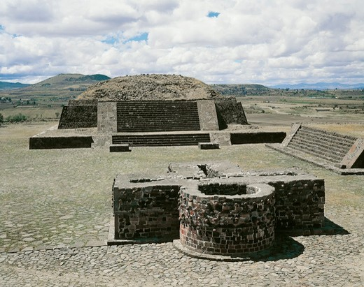 Mexico, Aztec archaeological site of Calixtlahuaca, Temple of Tlaloc and altar of the Skulls or Tzompantli : Stock Photo
