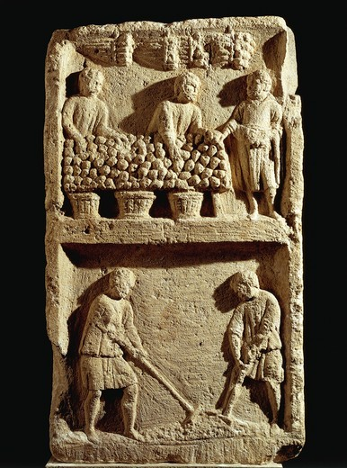 Pillar of the Farmer: fruit market and two peasants working the land from France, Roman civilization : Stock Photo
