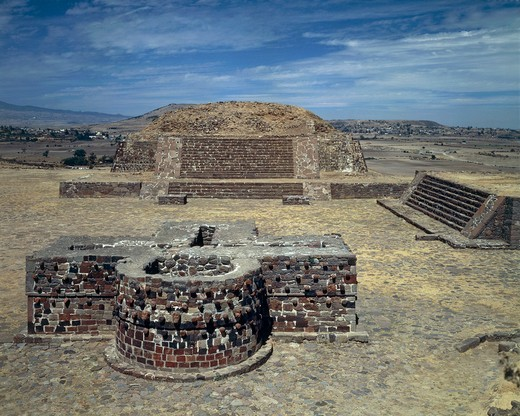 Mexico - Aztec archaeological site of Calixtlahuaca. Temple of Tlaloc and Altar of Skulls or Tzompantli, 14th century. : Stock Photo