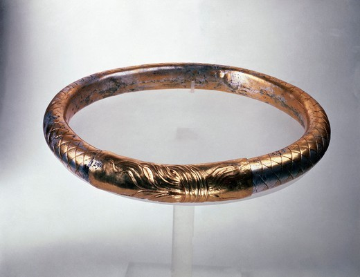 Gold diadem, from the Royals Tombs at Vergina, Greece : Stock Photo