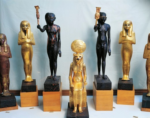 Statuettes of Tutankhamen as god Thy, wood statuettes of sistrum players and gold statuettes of deities, from Valley of the Kings, tomb of Tutankhamen : Stock Photo