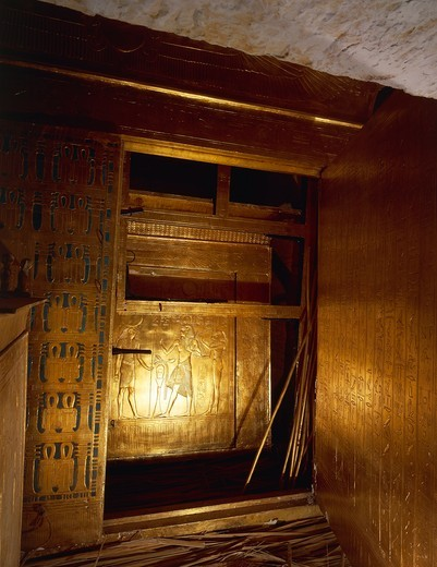 Replica of gilded wooden catafalque containing mummy, from King Tutankhamen's tomb : Stock Photo