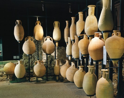 Amphorae for foodstuffs : Stock Photo