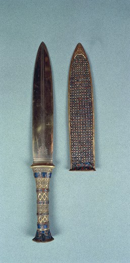 Dagger of the king containing semi-precious stones, with fox's head on top, from Treasure of Tutankhamen : Stock Photo
