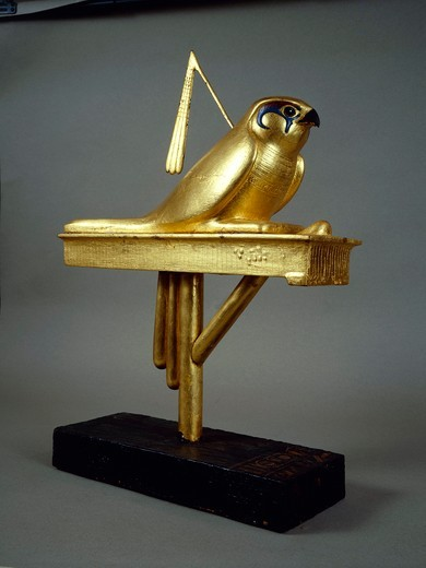 Gilded wood standard depicting Gemhesu hawk, from Treasure of Tutankhamen : Stock Photo