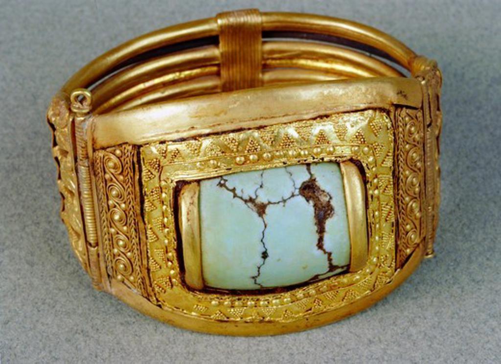 Treasure of Tutankhamen, gold filigree bracelet from New Kingdom : Stock Photo