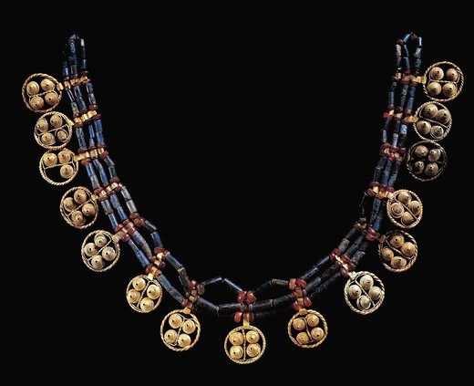 Lower Mesopotamia, Iraq, Cornelian and lapis lazuli necklace with gold pendants from Ur : Stock Photo