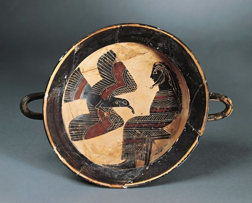 Kylix (wine pottery) depicting Zeus and the eagle, from the city shipyard, painted by the painter of Naucratis (Egypt) : Stock Photo
