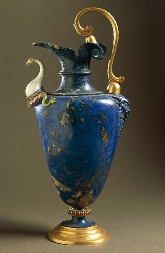Goldsmith's art, Italy, 15th century. Hans Domes (active 1563-1601), Lapis lazuli water ewer, with enamelled gold and gilt bronze. Height 27.5 cm. Manufacture of the Casino di San Marco Workshop. : Stock Photo