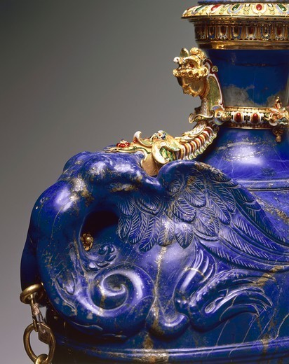 Goldsmith's art, Italy, 16th century. Bernardo Buontalenti (1531-1608), Jacques Bylivelt (1550-1603), Flask with chain, lapis lazuli, gold and gilded copper, 1583. Height 40.5 cm. Detail. : Stock Photo