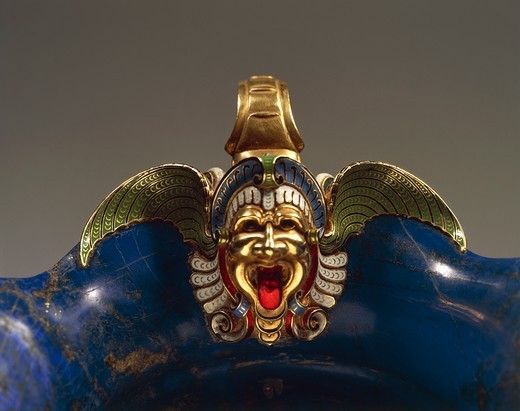 Goldsmith's art, Italy, 16th century. Hans Domes (active 1563-1601), Lapis lazuli, chiselled and enamelled gold, 10x21x13 cm. Detail: enamelled mask. : Stock Photo