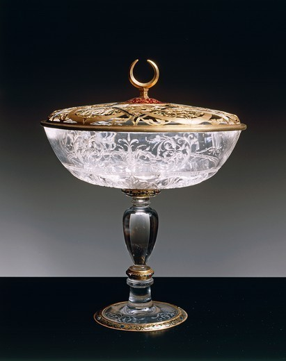 Goldsmith's art, Italy, 16th century. Gasparo Miseroni (active about 1550-1575), Cup in rock crystal and enamelled gold. Height 22.5 cm. Openwork gold lid. : Stock Photo