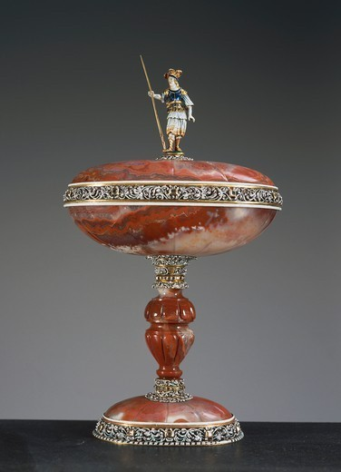 Goldsmith's art, Germany, 17th century. Carved agate vase with lid and enamelled silver-gilt mount set with diamonds, height cm. 21. : Stock Photo
