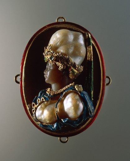 Goldsmith's art, Italy, 17th century. Enamelled gold jewel depicting bust of a woman, set with gems and baroque pearls, 55x40 mm. : Stock Photo